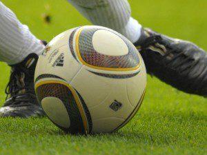 16.04.2010,  Fussball 2.Liga,  FC Augsburg - MSV Duisburg, in der Augsburger Impuls-Arena,  Spieler am Ball.