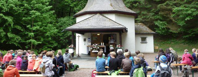 Einhundert Schüler folgten einem geschichtsträchtigen Weg zur Waldenburger Kapelle.