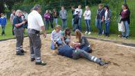 Mit Hilfe des Roten Kreuzes übten die Schulsanitäter die Behandlung von Sportverletzungen.