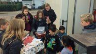 Die 6er-Klassen brachten Geschenke zu Attendorner Unterkünften.