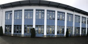 schule-front-ansicht-panorama