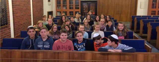 Die 7b lernte bei ihrem Ausflug eine Menge über die jüdische Religion.