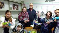 Schülerinnen und Schüler überreichen Spenden für den guten Zweck.