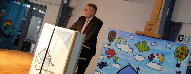 Mit zwei großen Events verabschiedet die St.-Ursula-Realschule ihren Rektor in den Ruhestand.