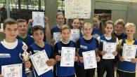 Vom Landesfinale der besten Schulen brachten die jüngsten Leichtathleten einen Pokal mit.