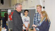 Einen ganzen Tag nahm sich Dompropst Monsignore Göbel Zeit für einen Besuch an der Realschule.